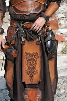 leather armour celtic style knots / decoration with pouches / travelling gear perfect for LRP / costume inspiration painting for miniatures Armadura Medieval, Armor Clothing, Medieval Clothing, Medieval Armor, Medieval Fantasy, Viking Armor, Larp, Conquest Of Mythodea, Costume Viking