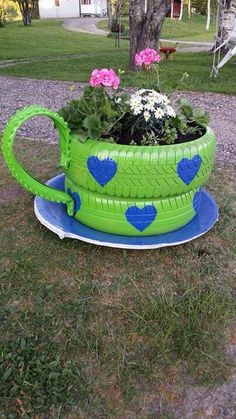 Mit diesen unglaublichen DIY-Ideen bunter Töpfe aus alten Reifen bringen wir die Dekoration i. With these incredible DIY ideas of colorful pots made from old tires we get the decoration in the garde Tire Garden, Garden Yard Ideas, Garden Crafts, Garden Projects, Garden Ideas With Tyres, Tires Ideas, Garden Pallet, Pallet Fence, Garden Tips
