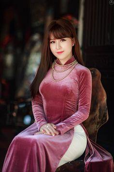 530 x 890 Vietnamese Traditional Dress, Vietnamese Dress, Traditional Dresses, Moda China, V Dress, Vietnam Girl, Beautiful Asian Women, Ao Dai, Sensual