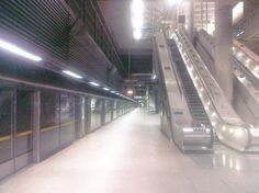 Canary Wharf Station (Jubilee Underground Line : West Bound Platform) @ 1.00 am on a Sunday morning! Where have all the finance bods gone....bedibyes no doubt!