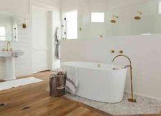 parquet de salle de bain en bois et douche italienne