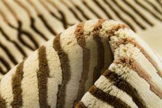 Detalle alfombra Indonepal Beige.  Alfombra de lana anudada a mano con un tratamiento especial que le da una sensación sedosa y agradable al tacto.  #alfombra #indonepal #decoración #beige