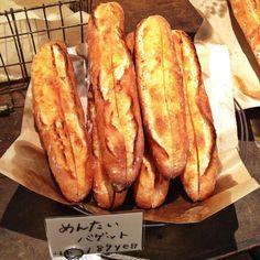 博多名物、めんたいバゲット! Spicy salted cod roe Baguette ! It's great Hakata invention.  宗像市内の美味しいパン屋さん、テラコッタのイチオシです。 コレはもう全国区なんでしょうか? 皮はパリッと中はモチッとして、バターの香りにめんたいのスパイシーな旨みのハーモニーがなんともいえませんね。 一手間かけて、タマゴやサーモンクリームチーズをトッピングしたら最高です。 美味しすぎて、写真を撮るのは忘れてしまいました。 This is my favorite bread at Terra-cotta, delicious bakery in my town.  Fragrance of butter, crispy and soft bread, and spicy Mentai (salted cod roe) makes great harmony of tastes in your mouth.  It's so delicious when served with egg dip or salmon cream…
