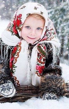 Russie A Russian girl in the traditional shawl Precious Children, Beautiful Children, Beautiful People, Kids Around The World, People Of The World, Folk Costume, Costumes, Kind Photo, Russian Fashion