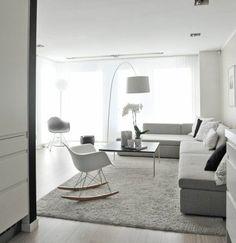 deco salon blanc avec quelques meubles gris clair, salon lumineux, amenagement salon simple et élégant