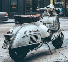 Scooter Vespa Retro, Vintage Vespa, Lambretta Scooter, Vespa Scooters, Vespa Girl, Art Of Manliness, Motor Scooters, Narrowboat, Motorbikes