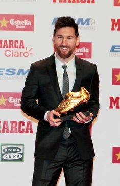 BARCELONA, SPAIN - NOVEMBER Barcelona football player Lionel Messi receives the Golden Boot award at the Old Estrella Damn Factory on November 2017 in Barcelona, Spain. (Photo by Europa Press/Europa Press via Getty Images) Football Awards, Best Football Players, Football Season, Football Team, Football Shirts, Lionel Messi, Fantasy Football, Fantasy Women, Fifa