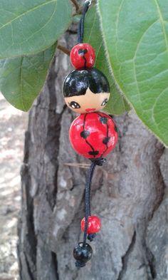 Pendentif sac à main poupée rouge et noire peinte sur perles en bois
