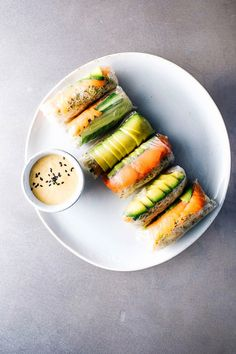 We love this delicious Smoked Salmon and Avocado Summer Rolls. Click through for more healthy work week lunches that are easy to recreate..