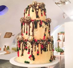 Anges De Sucre made the perfect winter wedding cake – as you can all see. The gold adornment, chocolate drips and metallic baubles put one thing in our heads, Christmas! What better way to celebrate a festive wedding than to tuck into such a magnificent construction.