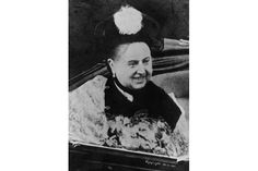 February A smiling Queen Victoria in an open coach. (Photo by Hulton Archive/Getty Images) Queen Victoria Family, Victoria And Albert, Victorian Photos, Victorian Era, Victorian Fashion, Queen Victoria Biography, Mark Twain, Queen Of England, British History