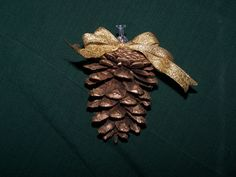 How to Make Inexpensive Traditional Pine Cone Tree Ornaments