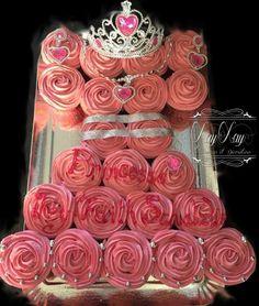 Une robe de princesse réalisé avec 22 cupcakes à la fraises