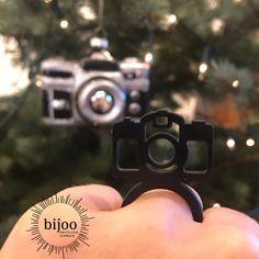 """Zeig deine Foto Leidenschaft mit diesem Statement Ring """"Foto"""". Schöner schwarzer Naturkautschuk Ring mit einem Fotoapparat als Symbol auf dem Ring. Rings, Pictures, Statement Rings, Natural Rubber, Black Man, Passion, Schmuck, Nice Asses, Ring"""