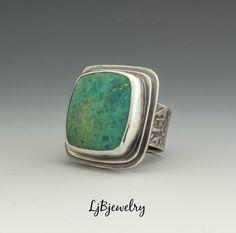 Anillo de plata anillo, anillo de turquesa, declaración, joyería de la turquesa, turquesa, plata, Metalsmith joyería, joyería hecha a mano, joyería artesanal  Un anillo de gran declaración hecha de plata esterlina con una turquesa kingman cabochon situada en un bisel.  El ajuste de la piedra es aproximadamente 1 1/8 x 1 1/8 pulgadas. La banda del anillo es aproximadamente 1/2 inhes amplia.   El anillo ha sido oxidado para mejorar la textura alrededor de la banda y crear un esti...