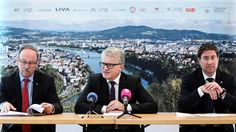 """Rebellion: In seltener Allianz traten die SP-Bürgermeister von Linz und Steyr, Klaus Luger und Gerald Hackl, und der Welser FP-Bürgermeister Andreas Rabl an die Öffentlichkeit. Der Grund: die """"einseitigen Belastungen"""" durch das Land, """"das Land schafft an, wir dürfen zahlen"""". Luger, Rabl und Hackl hoffen auf Verhandlungen mit dem künftigen Landeshauptmann Thomas Stelzer (VP). Mehr Bilder des Tages auf: http://www.nachrichten.at/nachrichten/bilder_des_tages/ (Bild: Volker Weihbold)"""