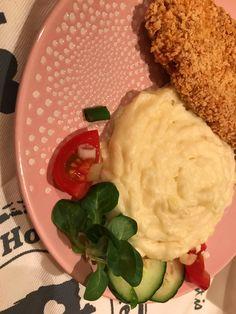 Különleges rántott csirkemell roppanós bundában, tejszínes krémes krumplipürével, narancsos salátával