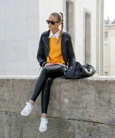 Chica usando un pantalon de cuero con chamarra de cuero