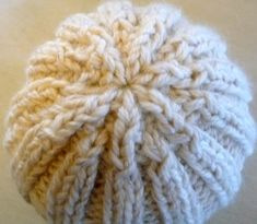 A hat quickly made with a remnant of wool – La Malle aux Mille Mailles – Crochet Bonnet Crochet, Crochet Motif, Crochet Hooks, Knitting For Dummies, Free Knitting, Lace Patterns, Knitting Patterns, Crochet Bracelet, Crochet Handbags