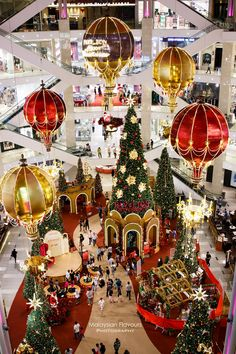 Pavilion Kuala Lumpur Christmas 2017 decorations is finally up! So beautiful like a golden kingdom, with magical hot air balloons, giant christmas trees joining the celebration! Christmas Tree Design, Christmas Scenes, Christmas Love, Beautiful Christmas, Christmas Lights, Christmas Holidays, Christmas 2017, Harrods Christmas, Christmas Carnival