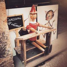 #Pinocchio #cercamiallinterno #toscanadolcetoscana #toscana #tuscany #collodi #childhood #infanzia #vacanzestive #volterra #itopidicice #rosso #legno #burattinodilegno