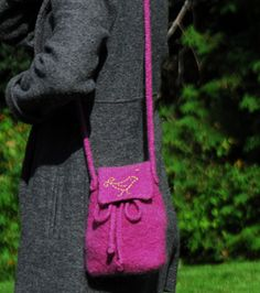 Little felted bag knitting pattern. Knitty: A Little Bird Told Me - Winter 2008.