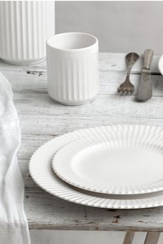 Our original Lyngby thermo cup cl) and plates (Ø 21 cm and Ø 27 cm) in white porcelain. White Houses, Vases Decor, White Porcelain, Country Style, Clutter, Flatware, Dinnerware, Table Settings, Campaign