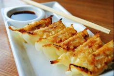 Recette de Gyozas (Ravioli japonais), Raviolis japonais farcis de viande de porc épicée et de choux chinois, servis avec une vinaigrette au vinaigre de riz.