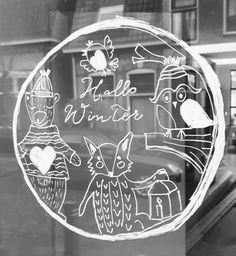 Voor een geboortekaartje maakte ik dit ontwerp met bijpassende raamtekening. Ik vond hem zo leuk dat ik hem thuis ook op het raam heb getekend. Wil je ook deze tekening op je raam? Download de pdf's. Ik heb ze in twee maten gemaakt. A3 en A2. destempelmakerij.... #raamtekening #wintertekening #krijtstiften #tekeningophetraam #raamversiering
