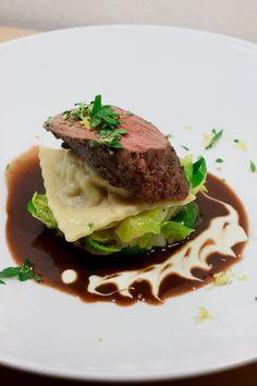 Pochiertes Rehfilet auf Schwarzwurzel-Rosenkohlsalat, Rotweinsauce, Wacholder-Piment-Joghurt und Birnen-Ravioli