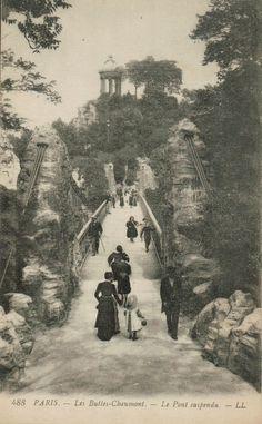Paris - Les buttes Chaumont: le pont suspendu.