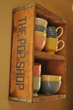 Jolie cagette récup pour jolis bols et tasses vintages pour le p'tit déj : de quoi  bien démarrer la journée - Vintage Kitchen Shelf eclectic dining room