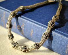 Découvrez la technique de la maille viking, Viking Wire Knitting ou Viking Knit, une technique de tissage de fils métalliques.