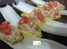 Barquitas de endivias con mousse de salmón. http://www.lospostresdeelena.com/2014/01/barquitas-de-endivias-con-mousse-de.html