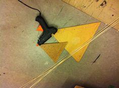 4: Sideløbende med pileflettet, fik jeg en lyst til at afprøve limpistolens evner, og skabe en konstruktion af tynde bambusstænger fra en persienne.  Til denne konstruktion brugte jeg bambusstængerne, to plader med huller til stængerne og en limpistol.