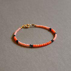 """Bracelet fin de créateur pierres fines roses et perles plaquées or : Modèle """"Erena"""" : Bracelet par kanakeis"""