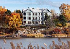 Linnunlaulun sinisessä huvilassa on Jorma Heleniuksen koti. Hänen veljensä omistaa talosta puolet.