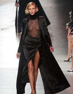 Fashion Week de Paris: Anthony Vaccarello en rouge et noir, Anja Rubik seins nus Fashion Oops, Fashion Week, Runway Fashion, Fashion Models, High Fashion, Fashion Show, Womens Fashion, Anja Rubik, Catwalk Models
