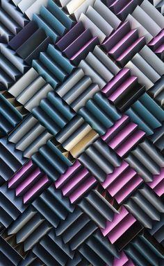 RCKa est un studio de design et d'architecture londonien, il est intervenu pour le compte de « The Crown Estate » afin de réaliser cette installation colorée baptisée « Acoustitch » dans le hall d'entrée de la banque.  Cette installation à deux fonction, l'une visuelle, pour attirer l'oeil vers l'accueil et l'autre sonore, afin d'étouffer le son du grand hall fait de marbre.  « Acoustitch » est réalisé à partir de 789 morceaux de mousse haute densité découpés en forme de triangles, colorés…