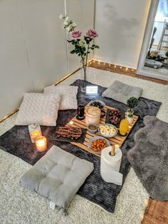 Romantic Home Dates, Romantic Date Night Ideas, Romantic Surprise, Romantic Picnics, Romantic Dinners, Romantic Dinner Setting, Indoor Picnic Date, Ideas Sorpresa, Picnic Decorations