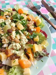Chicory salad with Mandarin, Pineapple, Curry & Cheese - chicory-mixed lettuce-mandarin-pineapple cubes-cheese (matured / old) -walnuts-raisins-chives For t - Good Healthy Recipes, Healthy Drinks, Healthy Meals, Vegetarian Recipes, Chicory Salad, Vegetable Lunch, No Cook Meals, Food Inspiration, Salad Recipes