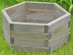 DIY pallet and wood planter box ideas don't have to be predictable. Discover the best designs that will give your deck a touch of style in DIY planter box designs, plans, ideas for vegetables and flowers Diy Wooden Planters, Outdoor Planter Boxes, Wood Planter Box, Garden Planters, Wooden Diy, Backyard Projects, Outdoor Projects, Garden Projects, Wood Projects