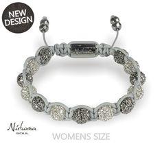 Ein neues, leichtes und feminines Armband mit weißen und grauen Himalaja Kristallen, bei dem sich das feine graue Makramee harmonisch unterordnet. Pandora Charms, Charmed, Bracelets, Jewelry, Fashion, Wristlets, Wedding, Schmuck, Moda