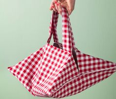 Comment fabriquer un sac à tarte? [How to make a bag to hold your fresh baked Pies in?] It's in French, but she's very clear in what she's doing.