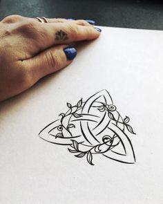 "2,975 gilla-markeringar, 37 kommentarer - Nicky Kumar (@nickykumarart) på Instagram: ""I made this triquetra tattoo design for my best friend Michelle. It will be placed on her left…"""