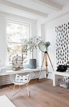 décoration scandinave, décor blanc et grande lampe industrielle