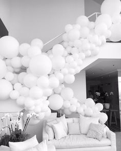 Beautiful all white organic art melts into this stairwell Large Balloons, White Balloons, Birthday Party Decorations, White Party Decorations, Baloon Garland, Balloon Backdrop, Balloon Centerpieces, Balloon Decorations, Garland Wedding