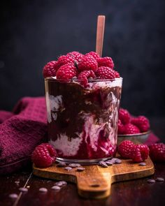 Chia pudding, chocolate soy pudding, cherry jelly, chocolate chips and fresh raspberries 🥄 Cute Desserts, Delicious Desserts, Yummy Food, Cream Recipes, Cute Food, Cake Pops, Smoothie Recipes, Food Art, Sweet Recipes