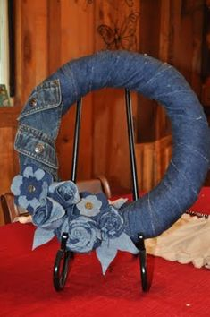 upcycle old jeans into a denim wreath! Jean Crafts, Denim Crafts, Fabric Crafts, Sewing Crafts, Sewing Projects, Wreath Crafts, Diy Wreath, Denim Ideas, Old Clothes
