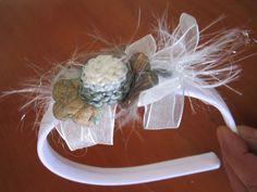 tiara plástica larga recoberta de tecido branco e decorada com passamanaria